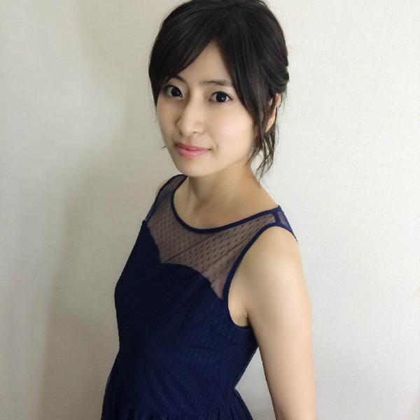 ブルーのワンピースがかわいらしい南沢奈央